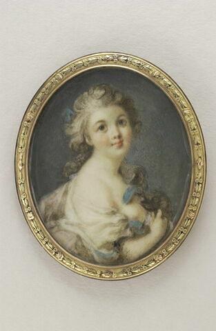Jeune fille vue en buste, au ruban bleu
