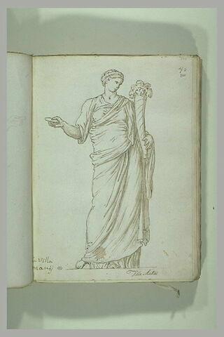 Femme debout, drapée, la tête couronnée de fleurs tenant à gauche une...