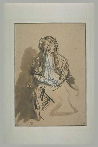 Femme assise, les mains sur les genoux, coiffée d'un long voile