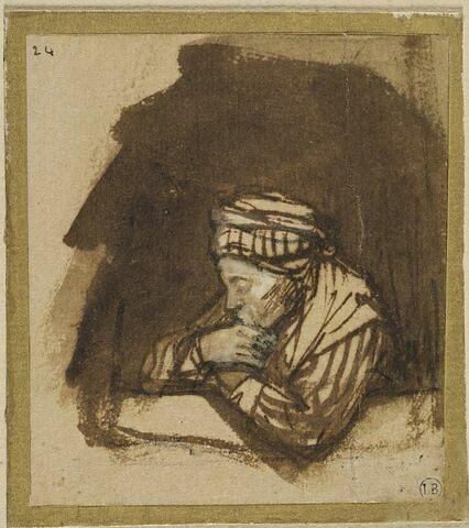 Femme accoudée à une fenêtre, vue à mi-corps et coiffée d'un bonnet