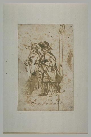 Deux hommes coiffés de chapeaux à larges bords, marchant vers la gauche