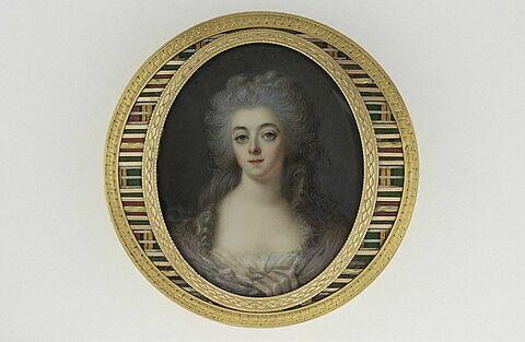 Jeune femme en corsage et écharpe mauve