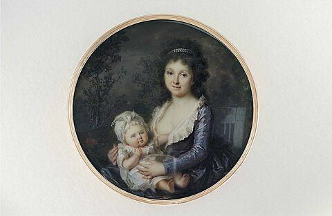 Jeune mère assise sur une chaise de jardin tenant son enfant sur ses genoux
