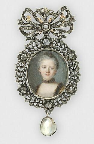 Portrait de jeune femme avec un collier de fourrure