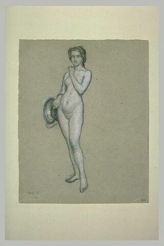 Femme nue, debout, de face, tenant un vase de métal