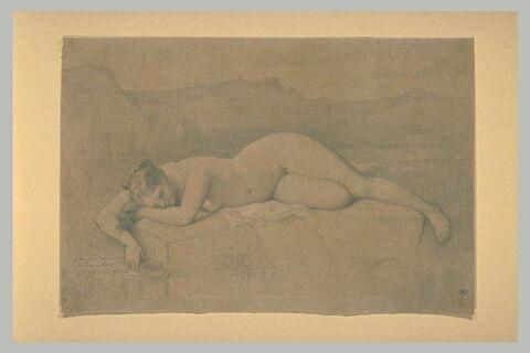 Femme nue couchée sur un rocher