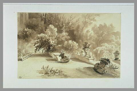 Une terrasse avec de petits murs supportant des vases, à Sceaux