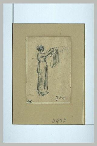 Femme debout, étendant du linge