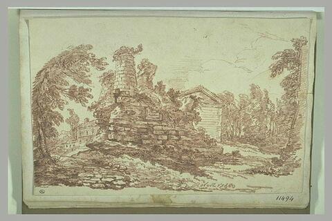 Ruines entre des arbres