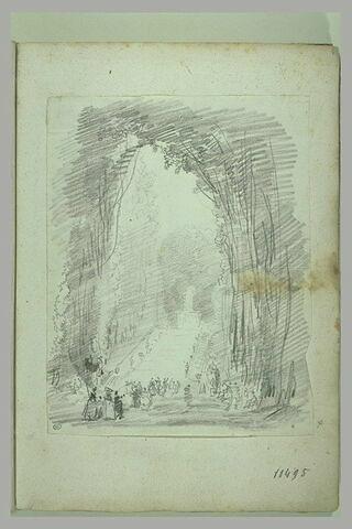 Grande allée boisée dans un parc avec des promeneurs (Saint-Cloud ?)