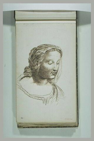 Jeune femme, en buste, la tête couverte d'un voile