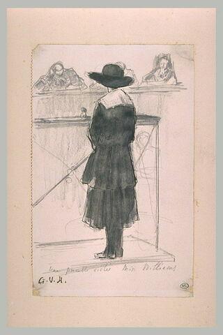 Jeune femme debout, de dos devant trois juges