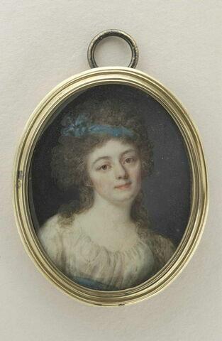 Femme en buste, tournée vers la droite, un ruban bleu dans les cheveux
