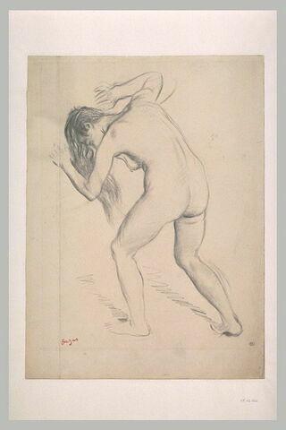 Femme nue, debout, penchée en avant, cheveux défaits