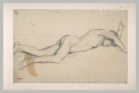 Femme nue, allongée sur le ventre