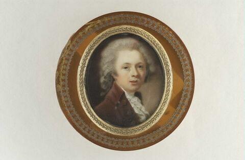 Jeune homme blond, en habit grenat et jabot blanc