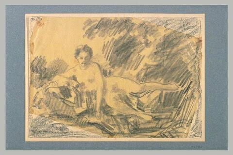 Femme couchée, le bras droit accoudé sur un rocher