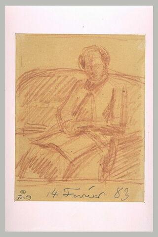 Femme assise, de trois quarts à gauche sur un canapé, lisant