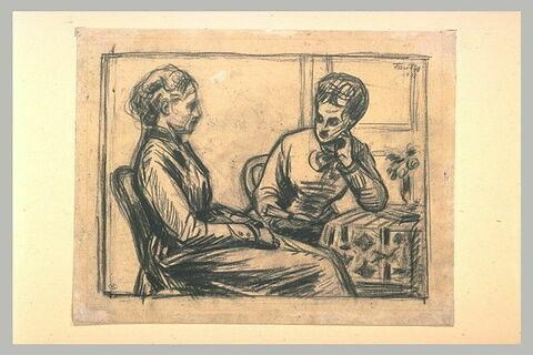 Deux femmes assises près d'une table, l'une lisant