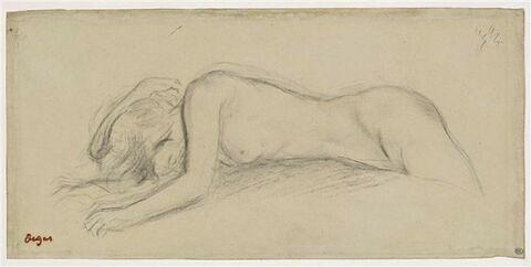 Femme couchée sur le ventre
