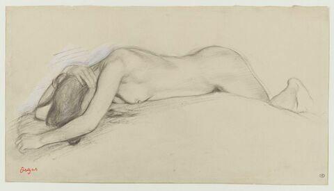 Femme nue couchée sur le ventre