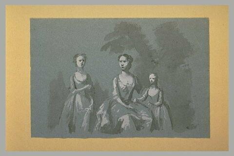 Une femme assise, de face, entre deux jeunes filles, debout, de face