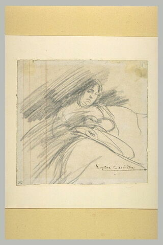 Femme assise, de face, sur un divan, paraissant assoupie