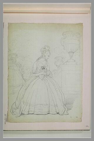 Jeune femme, dans un parc, en costume fin du règne de Louis XV