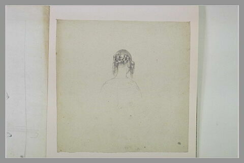 Femme coiffée avec des anglaises, vue de dos, en buste