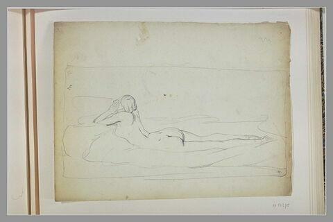 Femme couchée sur le ventre et accoudée, la tête dans ses mains