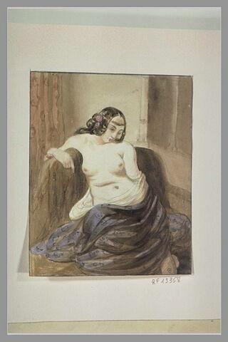 Femme assise, la poitrine nue, de face