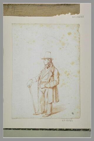 Homme en redingote, chapeau haut-de-forme, debout, la main sur sa canne