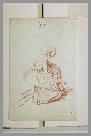 Femme assise, laçant sa bottine