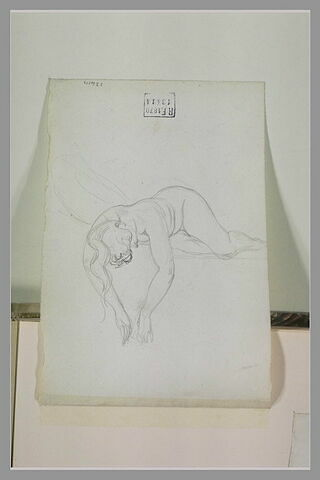 Femme allongée sur le ventre, bras pendants