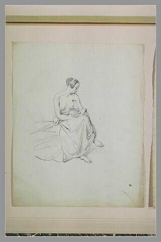 Femme, assise, la poitrine nue