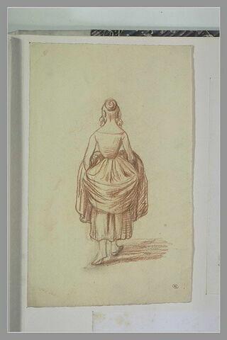 Femme marchant, de dos, relevant sa jupe