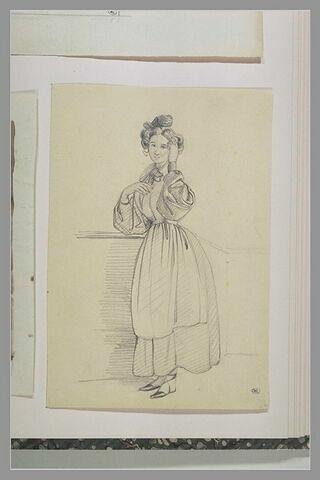 Femme debout, portant la main gauche à sa chevelure