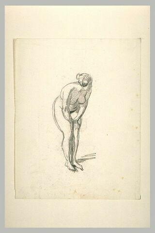 Femme nue, debout, le torse penché, les mains sur les cuisses