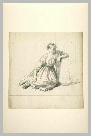 Femme assise sur le sol