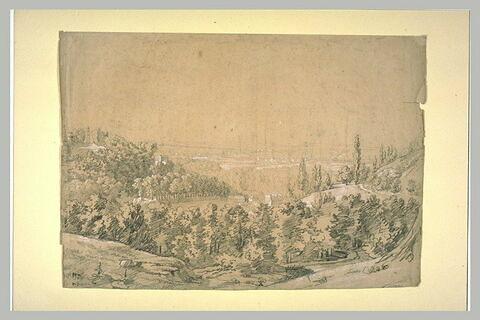 Paysage de collines boisées avec une ville dans le lointain