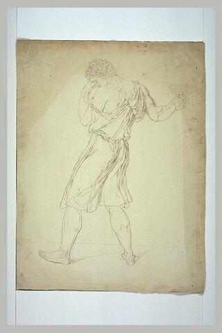 Homme debout, de profil à gauche, tenant une coupe : un disciple de Socrate