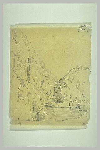 Nappe d'eau au-dessous de rochers