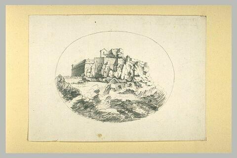 Vue d'un fort sur des rochers
