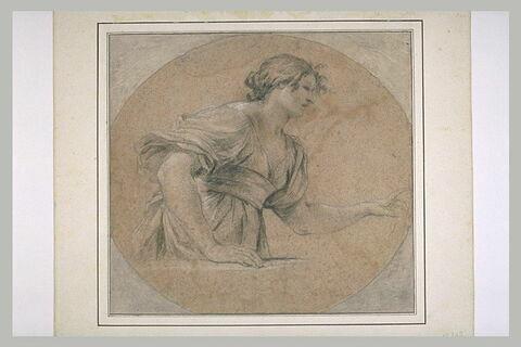 Femme, à mi-corps, tournée vers la droite, appuyée sur un rebord