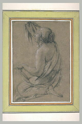 Femme assise, à genoux, tournée vers la gauche