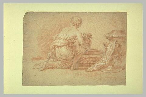 Femme agenouillée, puisant de l'eau dans un bassin