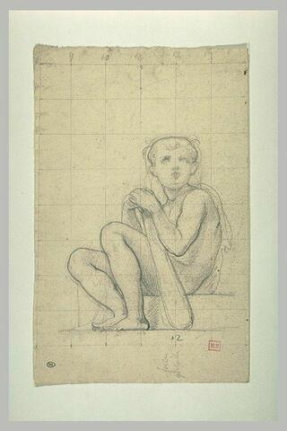 Jeune garçon assis sur un degré, tenant une massue