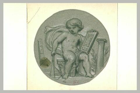Enfant nu, assis, sur un chapiteau tenant une tablette et un compas