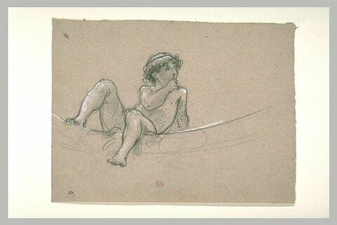 Enfant nu, assis sur une bordure circulaire