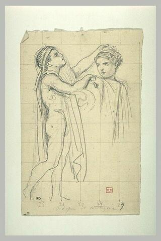 Jeune garçon posant sa main sur la tête d'une jeune fille